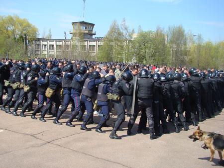 25 апреля милицией Житомирщины были проведены учения по разгону футбольных фанатов 6088_03cb0e661a3d3f7dec5720d52c627d45