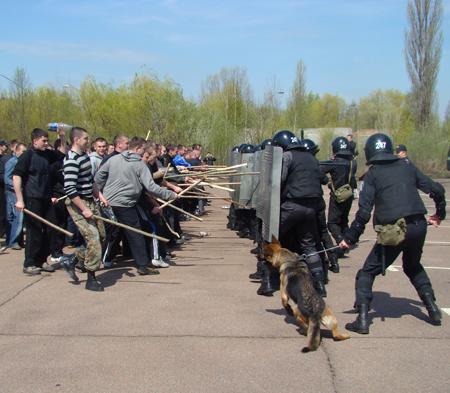25 апреля милицией Житомирщины были проведены учения по разгону футбольных фанатов 6088_31f1b8b64a17ae20eb6bf35821bcc856