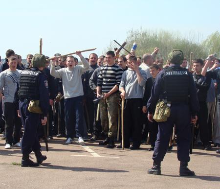 25 апреля милицией Житомирщины были проведены учения по разгону футбольных фанатов 6088_f5682ef0e5d0fecc7bc5c784b4495eb0