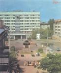 В центре площади Победы
