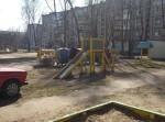 Мусорка и детская площадка на полевой